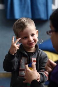 ילד עם לקות שמיעה