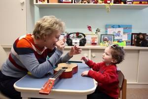 ילד עם לקות שמיעה בטיפול בדיבור עם קלינאית תקשורת